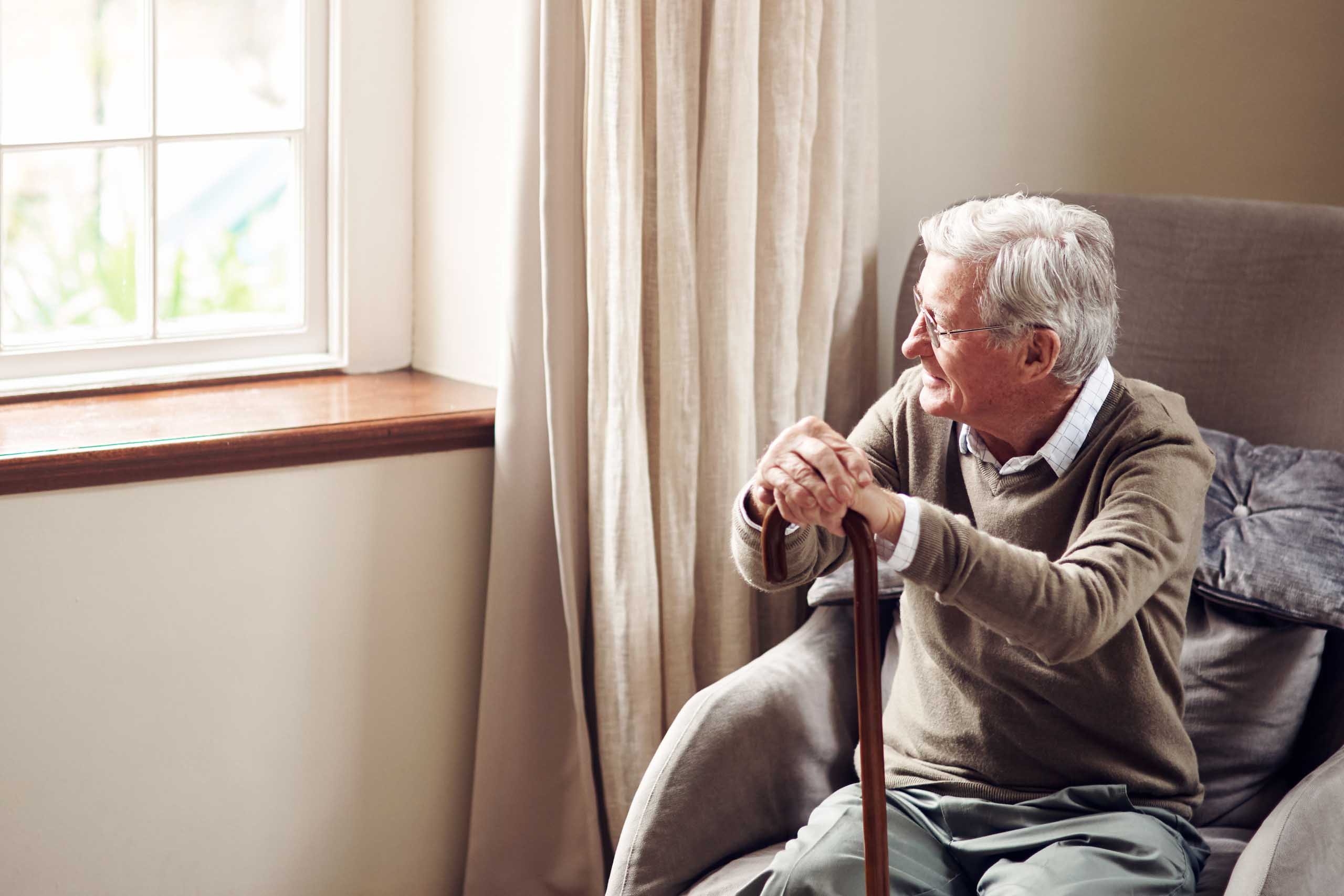 Oudere man kijkt naar buiten